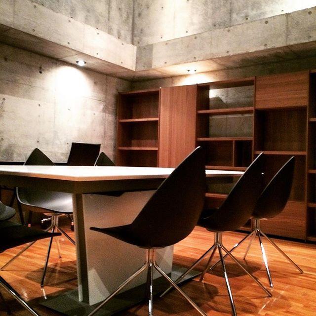 officeの地下スペースにご納品です。コンクリートの空間の中に木目の綺麗なウォルナットの壁面収納とデスク。中央にはWhiteのガラストップの伸長式テーブル。会議にも重宝します✨✨