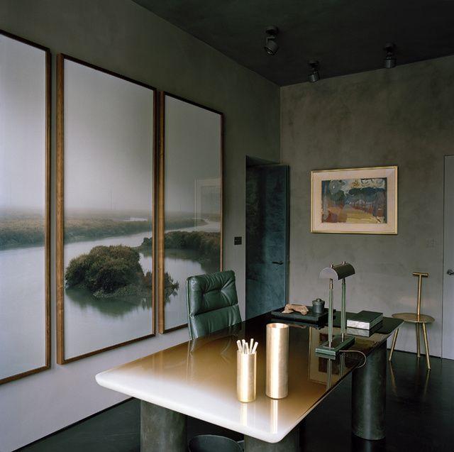 Le bureau, meublé de créations de la décoratrice. Au mur, le triptyque Essex Marshes, du photographe Tobias Harvey, ouvre étrangement cet appartement londonien sur la campagne anglaise.