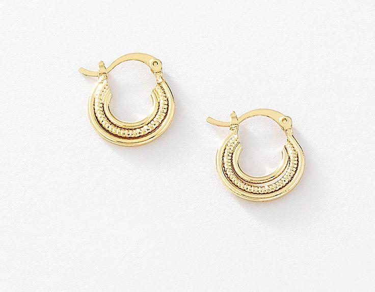 Tu niña lucirá hermosa con éstas arracadas de tres medios círculos lisos y rayados, elaborados en 4 baños de oro de 18 kt. Modelo 4151043.