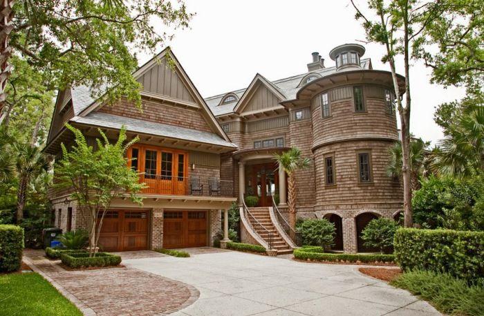 Дом, напоминающий крепость.