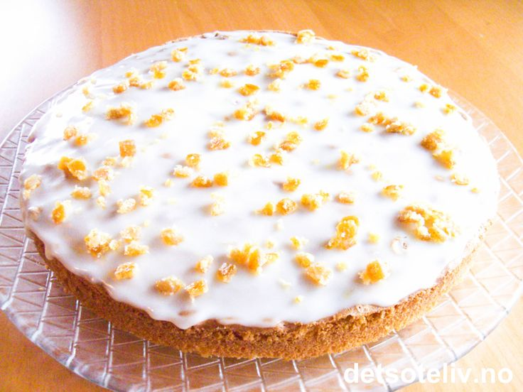 """I gresk mytologi er """"Ambrosia"""" navnet på maten gudene spiser for å holde på sin ungdommelige skjønnhet og udødelighet. Den velkjente, norske kaken, """"Ambrosiakake"""", er da også en veldig deilig og saftig formkake med nydelig smak av appelsin! Kake for vakre guder og gudinner med andre ord:-)"""