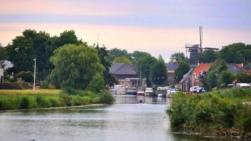 De aanlegkade (Uiterdijk) langs het Winsumerdiep in Onderdendam, gezien vanuit de richting Winsum.