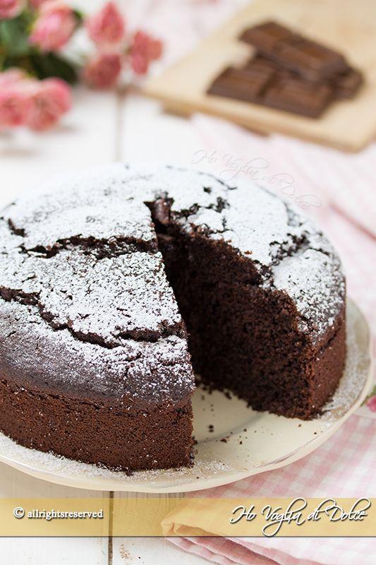 Torta all'acqua al cioccolato ricetta senza latte e burro. Una dolce facile, veloce da preparare. Una torta buonissima e soffice perfetta per la merenda