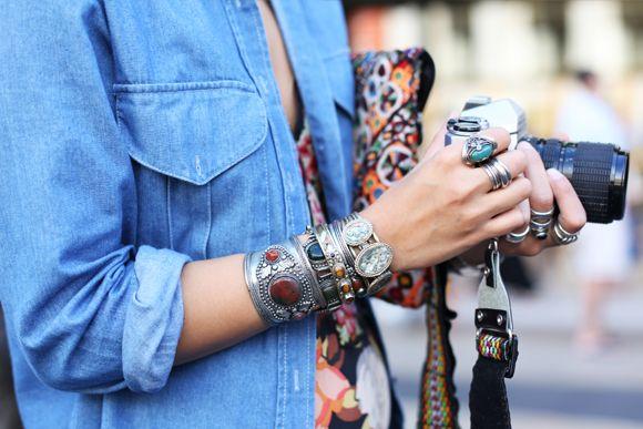 L'accumulation de bracelets.