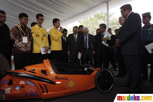 Presiden dengan mahasiswa saat melihat-lihat 17 mobil konsep masa depan hasil karya berbagai universitas di Indonesia yang diikutsertakan dalam lomba Shell Eco-Marathon (SEM) 2012.