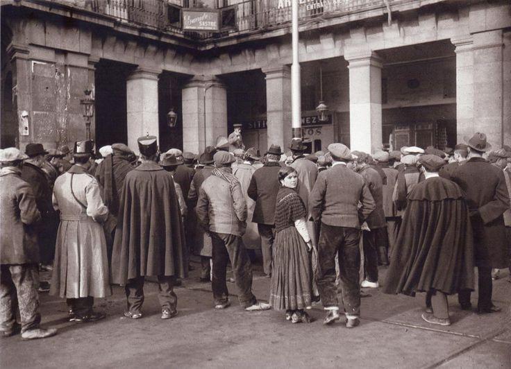 De Madrid al cielo: Álbum de fotografías y documentos históricos. - Urbanity.cc  Charlatán en los soportales de la plaza Mayor.Hacia 1910.