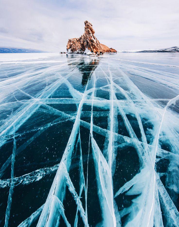 Het Baikalmeer in het zuiden van Siberië, Rusland, is het grootste zoetwaterreservoir ter wereld. Deze winter bevroor het helemaal, het ijs is nu zo dik dat je er met een auto overheen kan rijden.