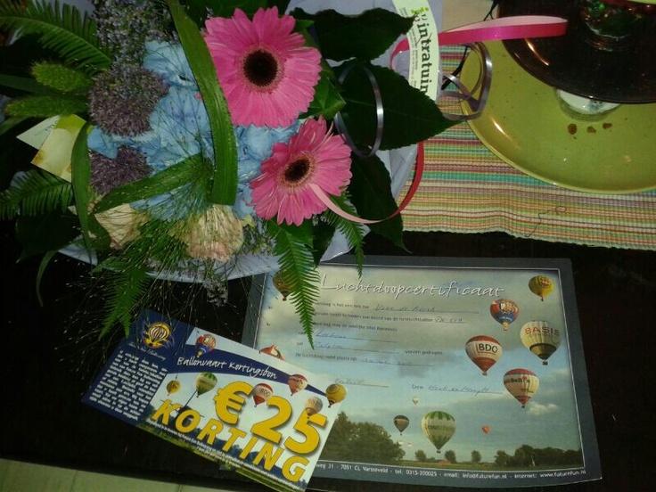 Certificaat op zak, mooie bos bloemen van intratuin en nu lekker slapen na een lange avond!