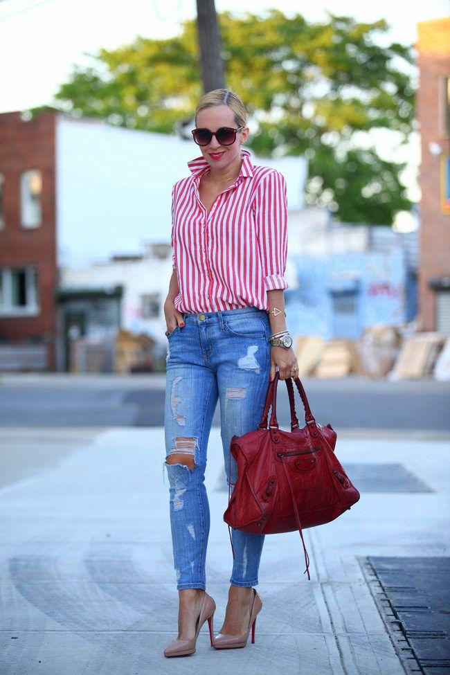 Camisa con rayas rojas y blancas + boyfriend jeans + pumps + bolsa roja + sunglasses