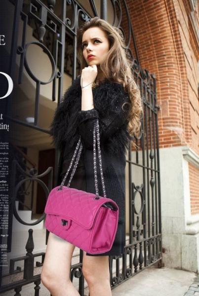 Keterangan Tas Import AS20373 Pink tinggi 16cm lebar 26cm tebal 9cm cara buka resleting+lock tali panjang ada bahan pu leather syntetic