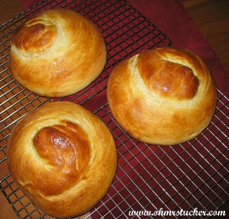 Portuguese Sweet Bread ~ Looks like the real thing. I wish she showed it cut open. I'm drooling thinking of French toast made with this, and Meyer's Dark Rum, real maple syrup.