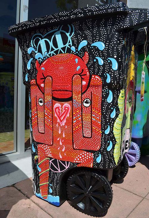 At the Coachella & Arts Festival 2012, artists offered the opportunity to decorate garbage containers.