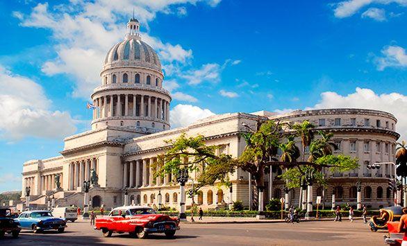 Fantastiske rundrejser i hele verden med Bravo Tours. Køb rejsen på www.bravotours.dk #BravoTours #SåSigerManBravo #FeriePåDansk #Cuba #Island #Culture #Street #Cars
