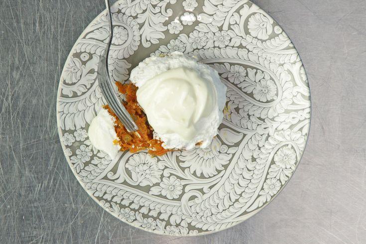 Морковь натереть на терке. На сковороду выложить сливочное масло и морковь, обжарить на медленном огне 10 минут. Добавить молоко и 60 г сахара, перемешать и жарить до тех пор, пока халва не станет густой и вся жидкость не выпарится, примерно 20 минут. В конце добавить изюм, орехи кешью и держать еще 5 минут. Дать остыть.