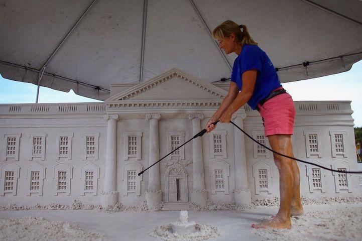 Preciosa escultura de arena de la casa blanca