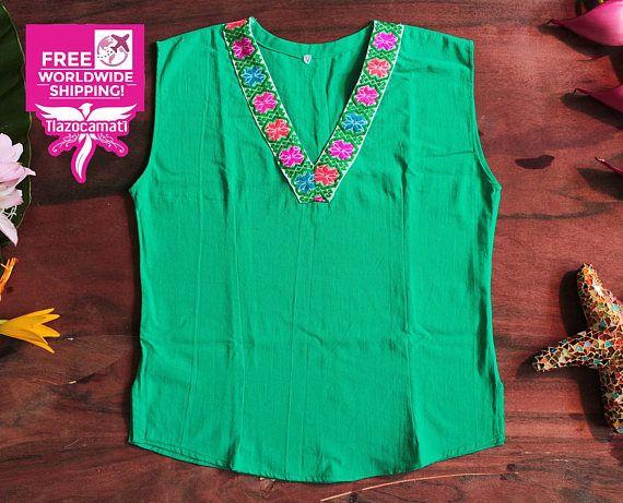 Excelente blusa mexicana color Verde Esmeralda, Talla M mediana, blusa entallada que estiliza tu figura, blusa artesanal mexicana color verde esmeralda. El bordado a mano es un patrón de flores multicolor confeccionada y bordada completamente a mano. Excelente para días soleados, super fresca. Materiales: Manta: Color verde. Hilo: Estambre de varios colores. Medidas: Sisa: 50 cm. (19.5 pulgadas) Alto: 61 cm. (24 pulgadas) Talla: M (Medium). ------------ Se recomienda lavar en seco ...