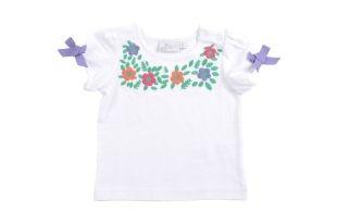 Franela para bebe niña, en color blanco. Cuello redondo y mangas cortas. Detalle con florecitas bordadas al frente.