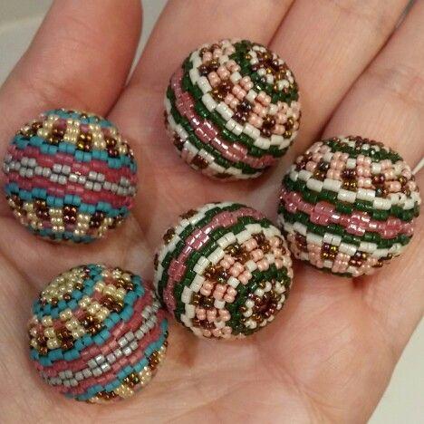 Bolas de madera forradas íntegramente con delicas del 11/0 en diferentes combinados de colores