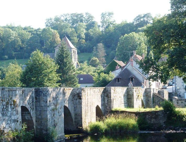 Moutier d'Ahun (Photo Michel Maugein) : c'est un petit village perdu dans la verdure, traversé par une rivière qu'enjambe un pont de pierre ...