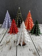 Je kunt nu zelf deze papieren kerstbomen vouwen in alle kleuren en maten. Een duidelijke uitleg met stap-voor-stap foto's staat op mijn blog Homemade by Joke.