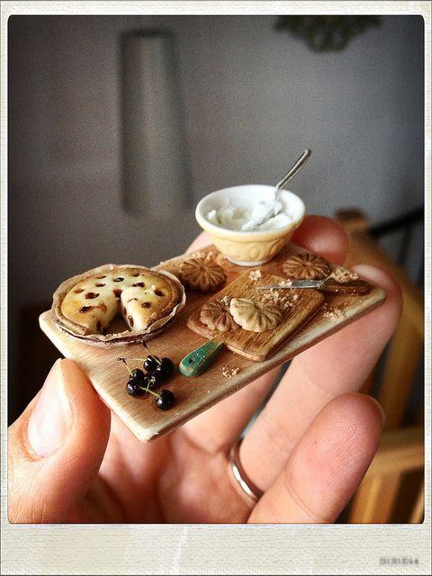Miniatura de tarta de queso, galletas y cerezas
