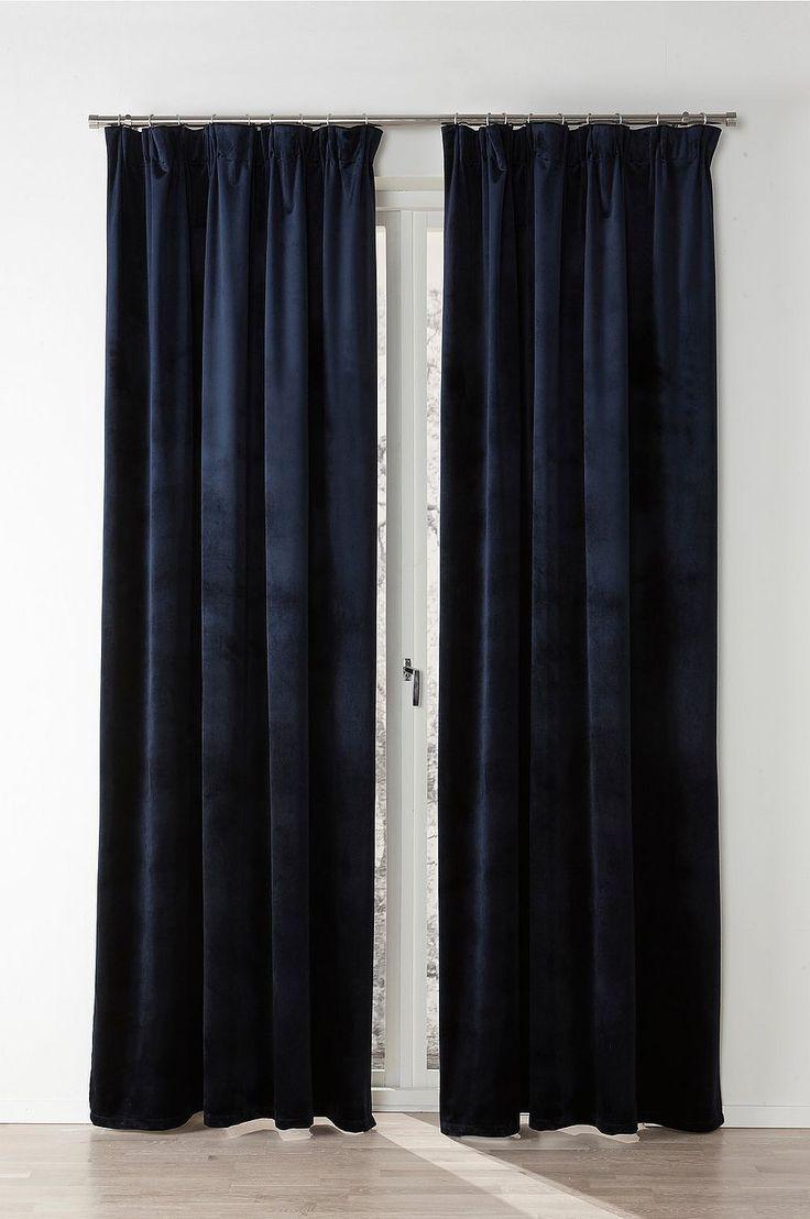 Lyxig gardin i tungt fallande sammet med en vacker lyster som ger rummet en mjuk känsla. En multifunktionell gardin som ger dig möjlighet till två olika upphängningar. Allt för att gardinen ska passa just ditt hem och din stil. Material: Sammet. 100% polyester. Storlek:Bredd 145 cm. Ange längd vid beställning. Beskrivning: 2-pack gardinlängder i enfärgad sammet med påsytt multifunktionsband. Gardinen kan hängas upp med dold hälla eller fingerkrokar. Tvättråd: Tvättas i 30°C. Tips/Råd: Me...
