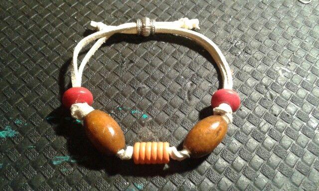 Bracciale uomo con perle in legno