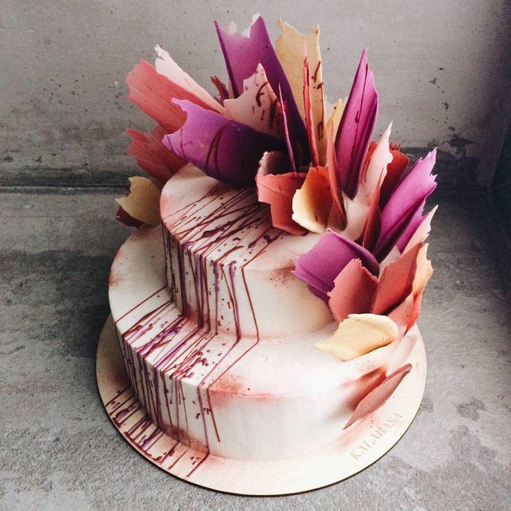 Кондитеры по праву считаются настоящими художниками Наши Шоколадные перья - действительно шедевр, который получился в процессе творчества❤ Такой декор уже в 50 цветовых вариациях украшал различные события! Дальше - больше #kalabasa_feathers_cake //Чтобы заказать торт, капкейки и прочие сладости: ☏ 7(926) 308-33-38 ☏ 7(926) 706-33-88 (только звонки!) ✎ пишите нам на kalabasa@kalabasa.ru ❃ ассортимент можно посмотреть ☞ Shop.kalabasa.ru ☞ Заказать торт