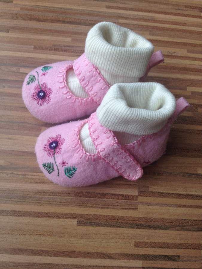 Prodám botičky pro holčičku. K botičce je přidělaná béžová ponožka pro lepší držení boty na nožičce. Zapínání na suchý zip. Použávano minimálně.