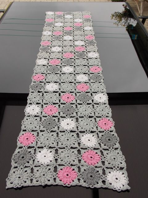 Tafellaken / tafelloper (met link naar gratis patroon) / table cloth / table runner (with link to free pattern)
