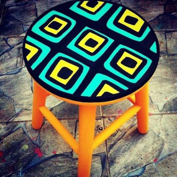 Ju Amora cria banquetas de madeira, pintadas à mão ou usando diferentes materiais. Se você ainda não ouviu falar da artista, confira nossa entrevista!