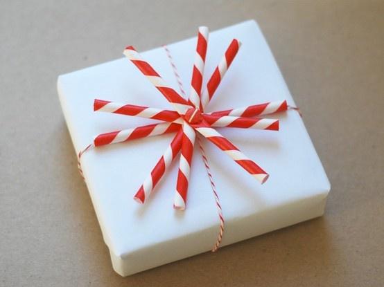 Envolver regalos: cajitas con vasos desechables y toppers de pajitas