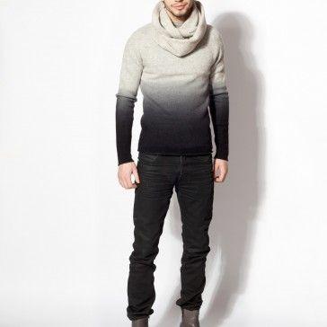 Sweter z półgolfem, cieniowany. 100% wełna owcza.  W cenie nie jest zawarty szal.