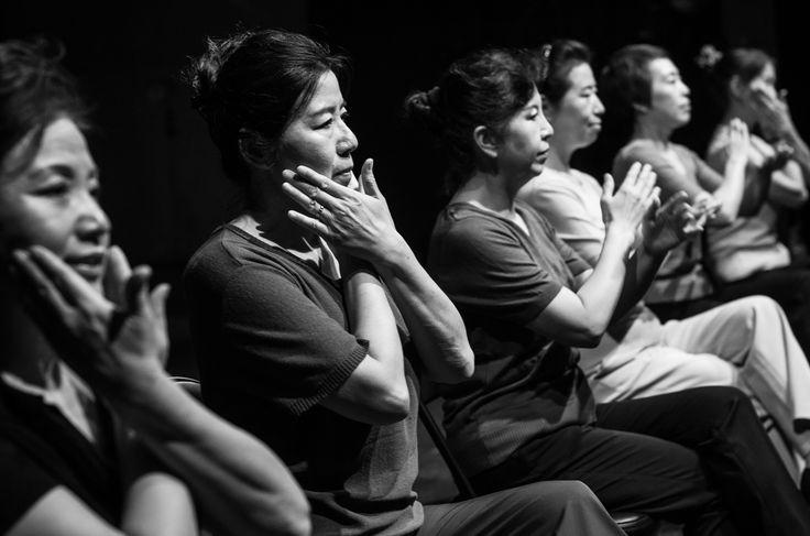 """""""50/60"""" di Wang Menfang, è uno dei due appuntamenti con la Cina. Lo spettacolo vede protagoniste un gruppo di donne che praticano una danza popolare di strada, un esercizio fisico di routine che ha radici sia nell'antica che nella moderna storia cinese. Foto di Liu Xiaozhuo. #VIEFestival2016 #emiliaromagnateatro #modena #bologna #carpi #vignola #pechino #china #coreographer #multicultural #festival #woman"""
