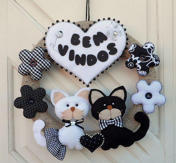 Guirlanda bem-vindos em preto e branco. Gatos em feltro, flores em tecido e feltro. Decorativa para vários ambientes.  Pode ser feita em qualquer cor.  Diâmetro da guirlanda: 30 cm  Gatos: 14 cm altura x 10 cm largura.  Coração: 15 cm altura x 17 cm largura.