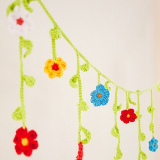 Flower and vine crocheted garland  http://www.ravelry.com/projects/moandme/jos-crochet-flower-garland