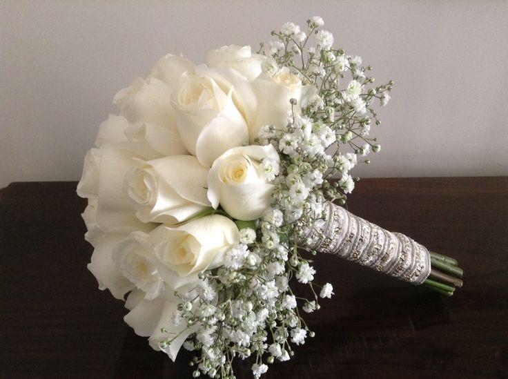 ramo de rosas blancas con volado de gypsophila #ramo #rosas https://www.facebook.com/RamosYTocadosMariaInesMurguiondo