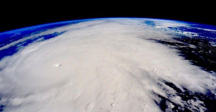 """Esta imagem feita a partir da Estação Espacial Internacional (ISS) mostra o poder do Furacão Patricia que segue em direção à costa oeste do México.  A tempestade atingiu a categoria 5, a mais alta na escala de Saffir-Simpson, o que levou o governo mexicano a declarar estado de """"emergência extraordinária"""" em vários municípios da costa do oceano Pacífico"""