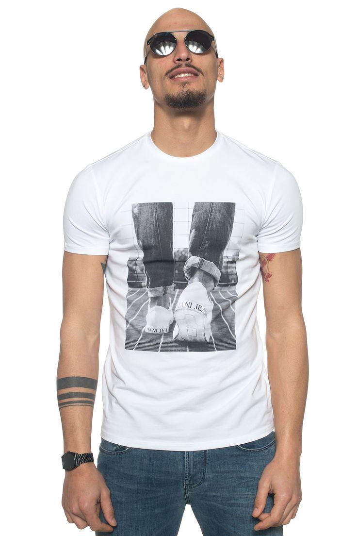 Armani Jeans  , T-shirt girocollo mezza manica , stampa frontale , colore: bianco , composizione: 95% cotone 5% elastan , linea: ARMANI JEANS , il modello indossa la taglia: M  - Euro 90