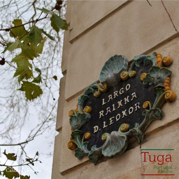 A Placa em Loiça que indica o Largo Rainha D. Leonor em Caldas da Rainha