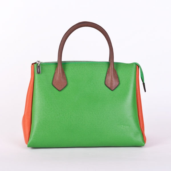 Een klassieke groene tas met oranje inzetstukken. Happy time!