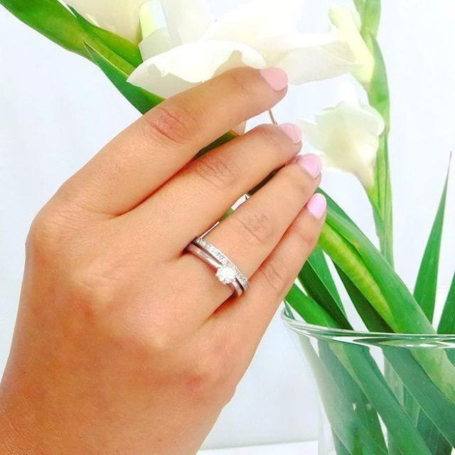 Klasyczne połączenie, które nigdy nie wychodzi z mody! Obrączka lśniąca blaskiem brylantów i klasyczny pierścionek zaręczynowy z majestatycznym kamieniem.