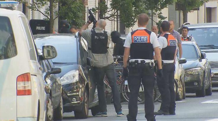 Op het Antwerpse Zuid heeft de politie een man opgepakt die zijn vrouw op een gruwelijke manier om het leven heeft gebracht. Hij gooide de vrouw uit het raam op de tweede verdieping, nadat hij haar neergestoken had.De politie wilde de man oppakken, maar hij verzette zich. Hij dreigde er zelfs mee om zelf uit het raam te springen.De speciale eenheden van de politie konden de man na een dik uur toch overmeesteren. Hij raakte ernstig gewond.
