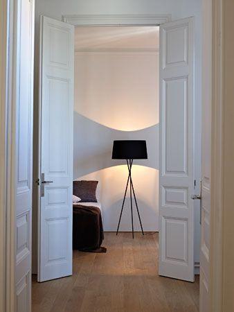 Im Gegensatz zum einzelnen Lampenstiel bieten drei Beine mehr Stabilität und eine geradezu skulpturale optische Wirkung: die Tripode von Santa & Cole. (Quelle: Santa & Cole)