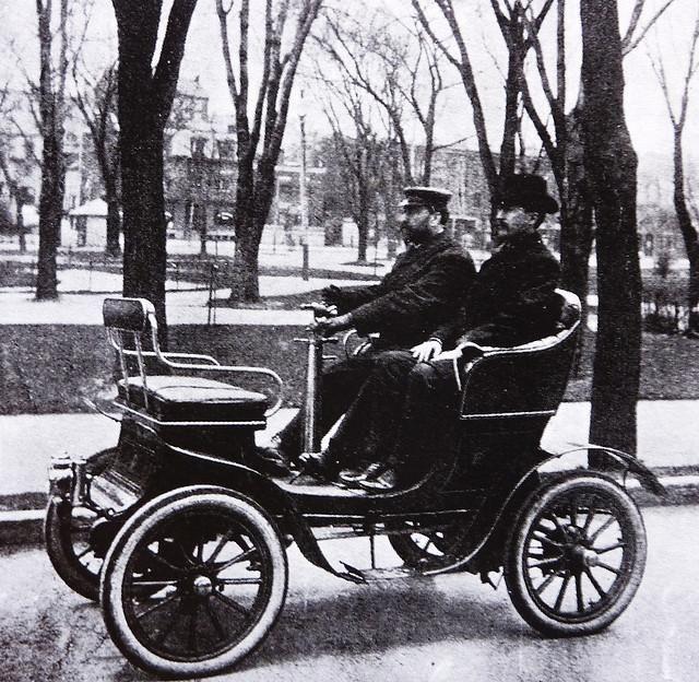 Une des premières automobiles à circuler dans les rues de Montréal au Square Viger, 1900-1910 #montréal #histoire