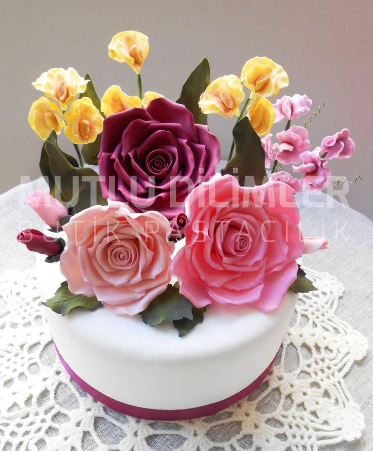 Beautiful Gumpaste Flowers - Rose and sweet pea Şeker hamuru çiçekler...   https://www.facebook.com/mutludilimlerpastacilik  mutludilimler.blogspot.com