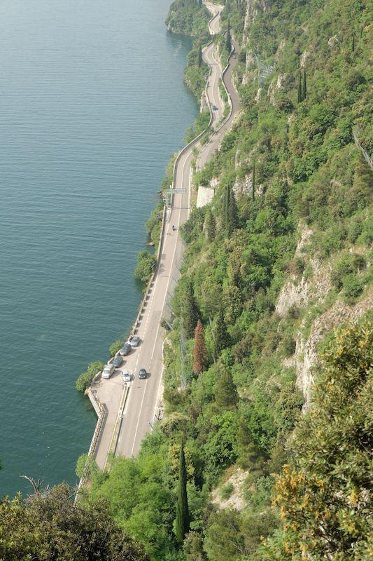 Uno sguardo dall'alto della strada che costeggia il lago