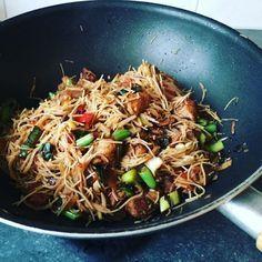 Recept voor een lekker en gezond wokgerecht met mihoen, kip, groenten en…