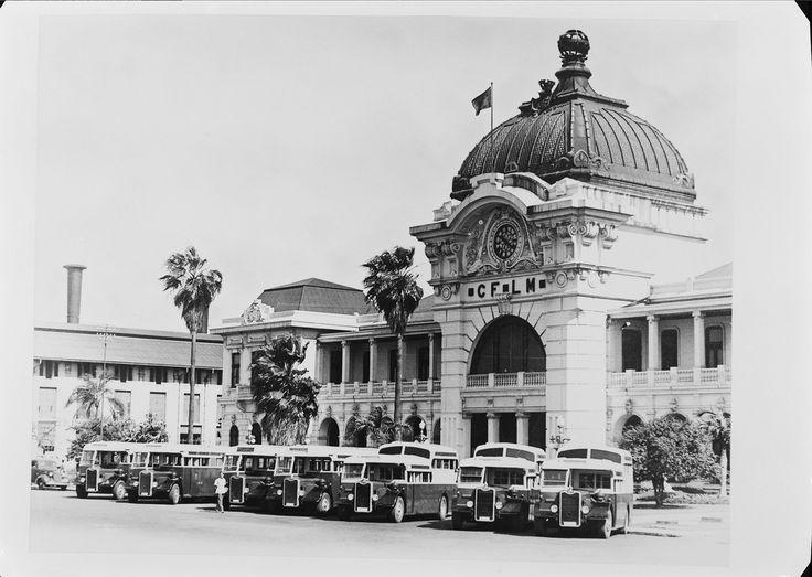 Reprodução de fotografia - estação de Caminhos de Ferro de Lourenço Marques (atual Maputo.) Fotografia sem data. Produzida durante a atividade do Estúdio Mário Novais: 1933-1983.  [CFT003.002109]
