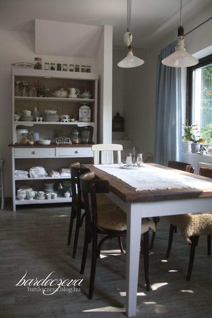 Étkező átalakítása  Furniture makeover #furnituremakeover #makeover #diningroom #paintedfurniture #chalkpaint #chalkapaintedfurniture #bútorfestés #tálalószekrény #tálaló #dekorpaint #törtfehér #tölgy #pentart